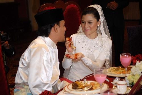 gambar pernikahan lisa surihani dan yusr