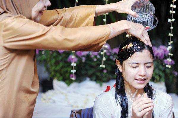 gambar lisa surihani mandi bunga