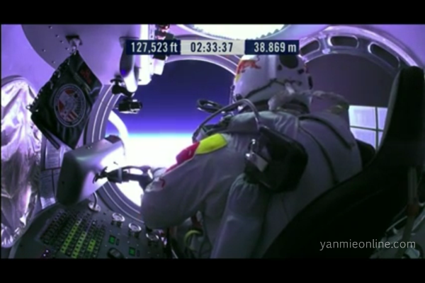 Gambar Felix Baumgartner Melakukan Terjunan Dari Angkasa – Live Jump Redbull Stratos