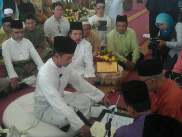 Gambar Kahwin Saiful Bukhari Azlan Dan Nik Suryani Megat Deraman Pemberita TV3